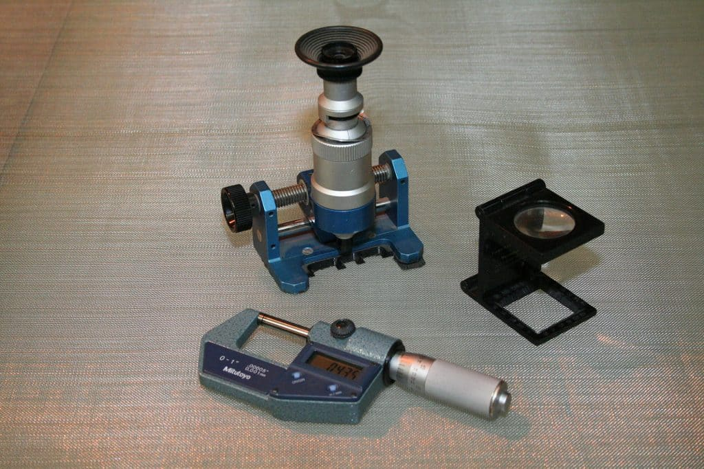 Instruments for measuring the weave quality of wire mesh